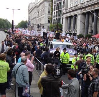 De mars vertrok vanaf Piccadilly, omgeven door pers