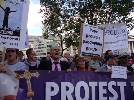 De kop van de mars die hier over Trafalgar Square liep