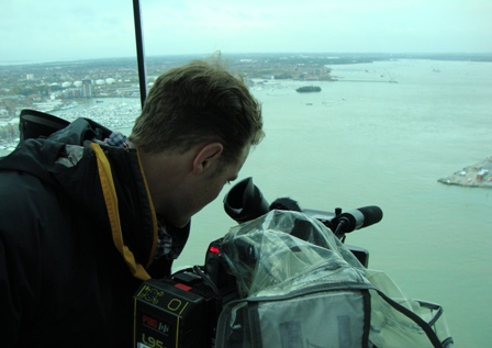 Cameraman Arie filmt in de Spinnaker Tower