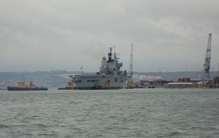 The HMS Ark Royal maakt zich klaar voor vertrek