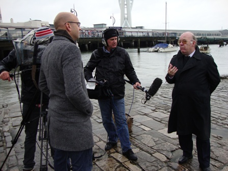 Het interview met Dr. James Thomas van the Portsmouth University met The HMS Warrior in de achtergrond