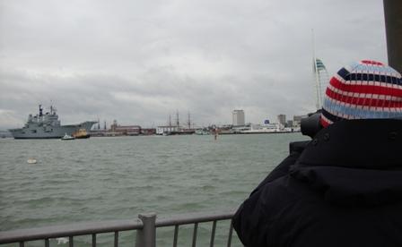 Het filmen van het vertrek van de HMS Ark Royal