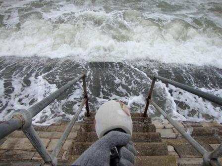 Geluid van de golven opnemen voor het radio verslag