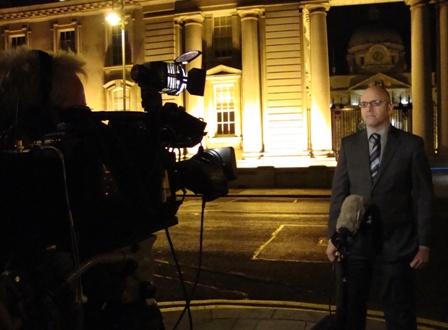 Live in het acht uur journaal voor de overheidsgebouwen in Dublin