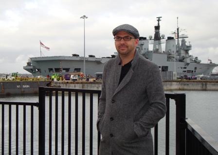 Arjen met de HMS Ark Royal in de achtergrond