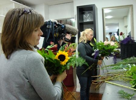 Anna Finlay en collega maken een boeket en worden gefilmd door cameraman Brian