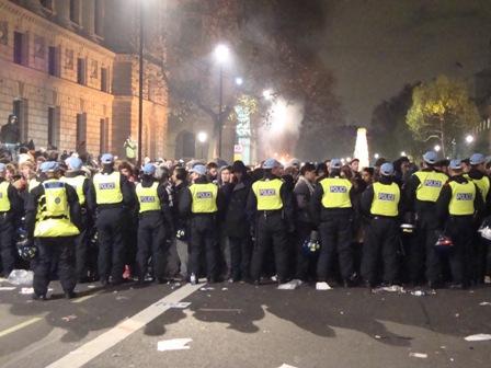 Rond acht uur 'savonds houdt de politie nog steeds een grote groep studenten vast als vee midden in Whitehall