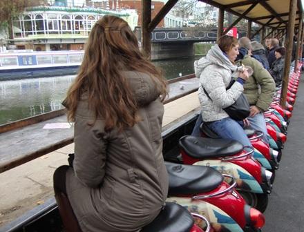 Langs het water kan je overal op halve scooters zitten