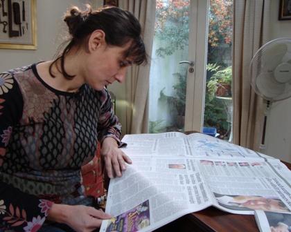 Sophia Millington-Ward leest de krant om een beeldverhaal te maken
