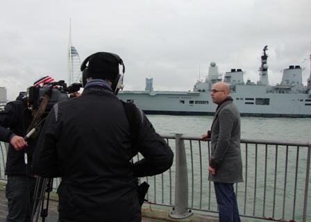 Stand-upper 2 terwijl de HMS Ark Royal wegvaart