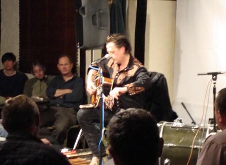 Ian stemt zijn gitaar met zijn Iphone