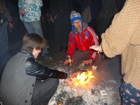 Een van de vele vuurtjes die studenten hadden aangestoken om warm te blijven