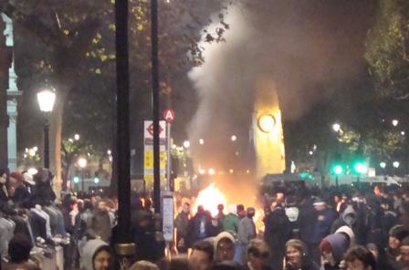 Rond acht uur was er duidelijk een groot vuur te zien tussen de groep vastgehouden studenten