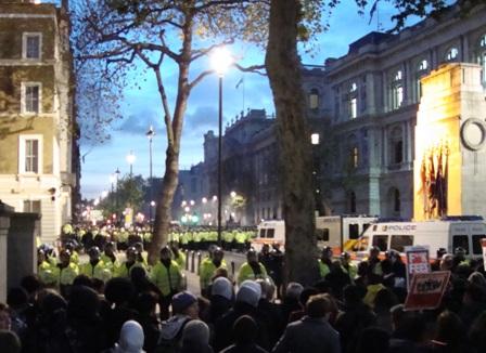 De politie houdt de grootste groep studenten vast midden in Whitehall rond 16.00 uur