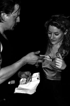 Ian geeft me zijn treinkaartjes (foto: Leo Gabriëls)