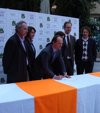 Het symbolische ondertekenen van het contract door alle partijen